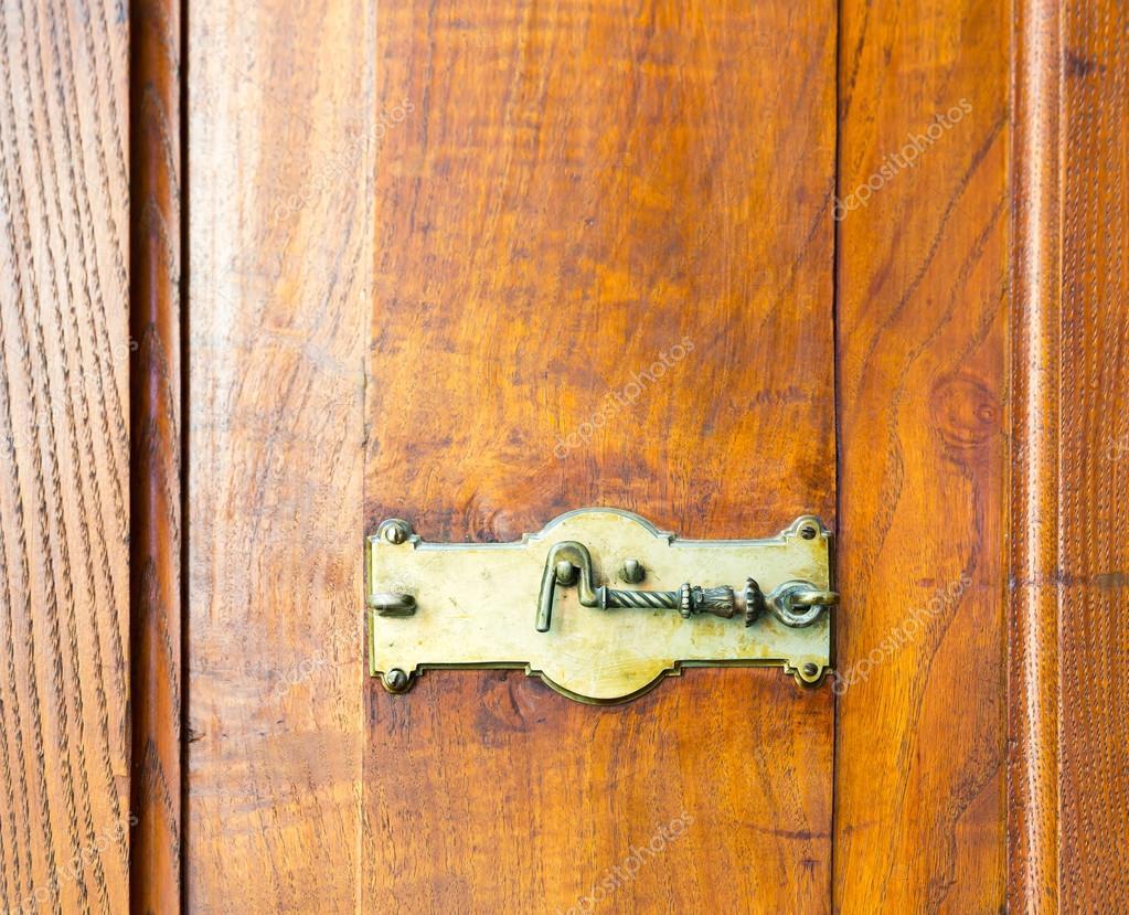 Credenza Con Serratura : Armadio in legno con serratura u foto stock nomadsoul