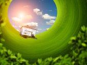 Haus auf dem grünen Rasen