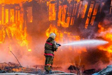 İtfaiyeci yangın söndürür