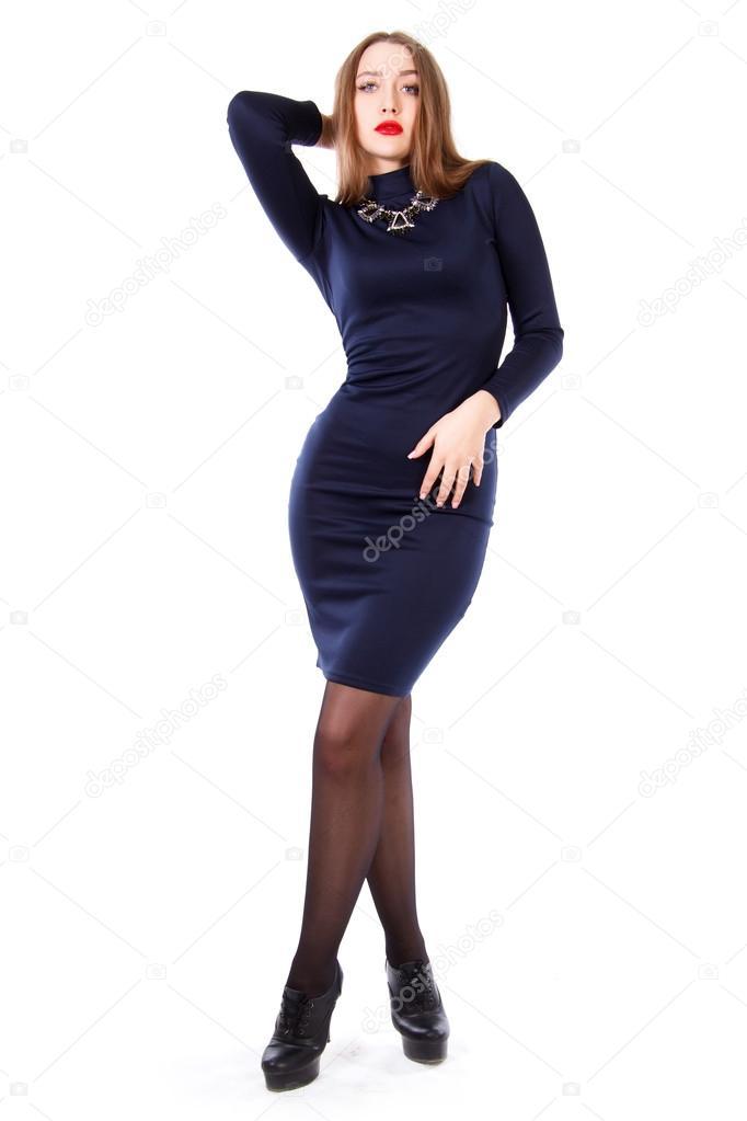 68508ef11 Hermosa mujer joven en un vestido azul oscuro aislado sobre fondo blanco —  Foto de ...