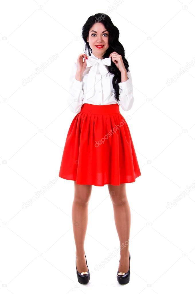 946a73ea6 Falda roja mujer   Hermosa mujer joven en una blusa blanca y una ...