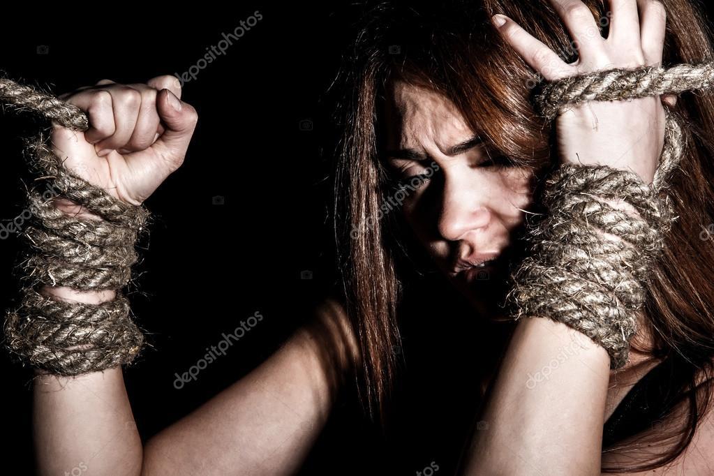 девицы прочь свяжите девушке руки на спине какоето