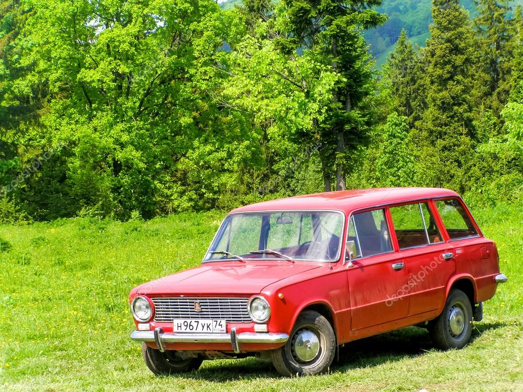 ASHA, RUSSIA - MARCH 27, 2007: Motor car Lada 2102 Zhiguli at the  countryside. — Photo by Artzzz
