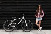 Mladá krásná žena na kole