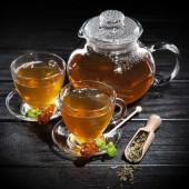 Csésze tea a sötét háttér