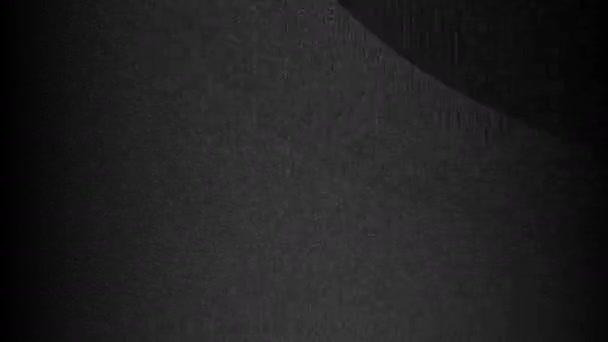Pohybující se pruhy chaosu - tmavě černé sloupce šumu s maskou náhodných tvarů