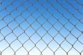 Fotografia rete con sfondo di cielo blu in acciaio
