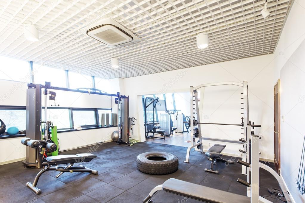 Fitnessraum modern  Dekoration und Ausstattung im modernen Fitnessraum — Stockfoto ...