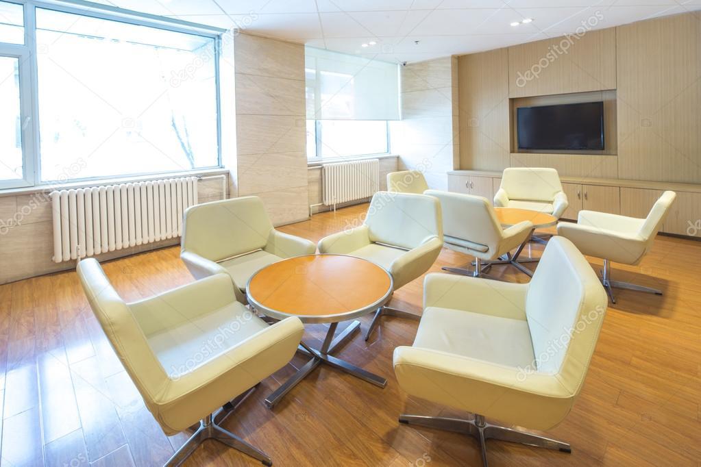Ronde tafel en elegante stoelen in de lobby van het hotel van de