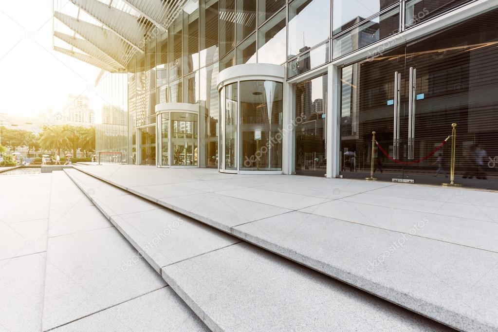 Ingresso dell 39 edificio per uffici moderni foto stock for Uffici moderni