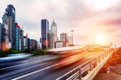 városképet gazdagító épületnek szánták, és a közlekedési pályák modern városi úton
