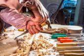 Fotografie Tesař gravírování housle s nástroji