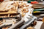 Fotografie tesařské nástroje na dřevěné desce