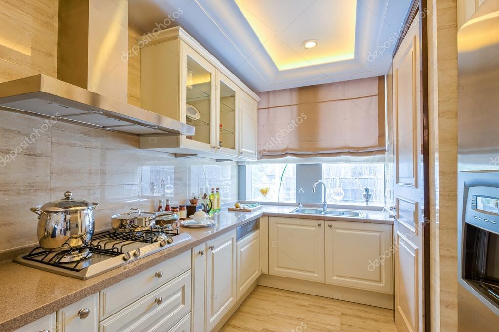 Moderne keuken in villa u stockfoto zhudifeng