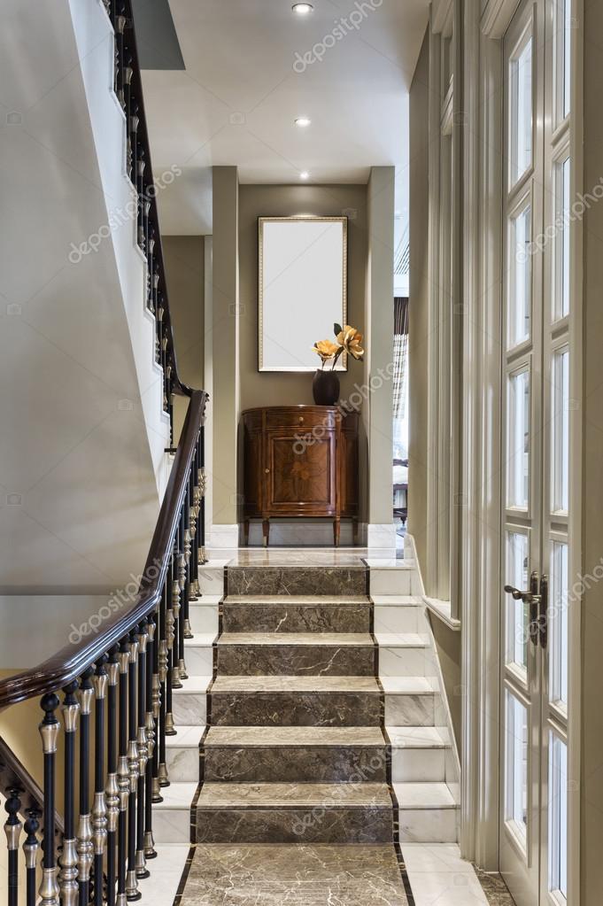 Décoration et escaliers maison de luxe — Photographie ...