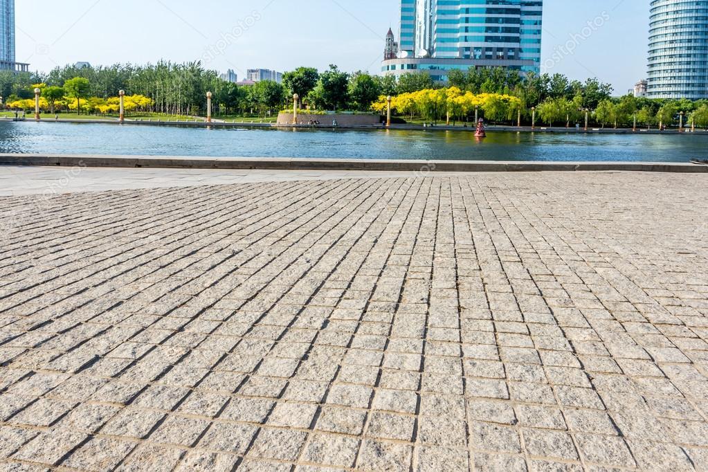 Pavimento Esterno Moderno : Esterno di un edificio moderno con pavimento di mattoni strada
