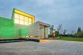 Fotografie moderne Villa in bewölkten Himmel außen