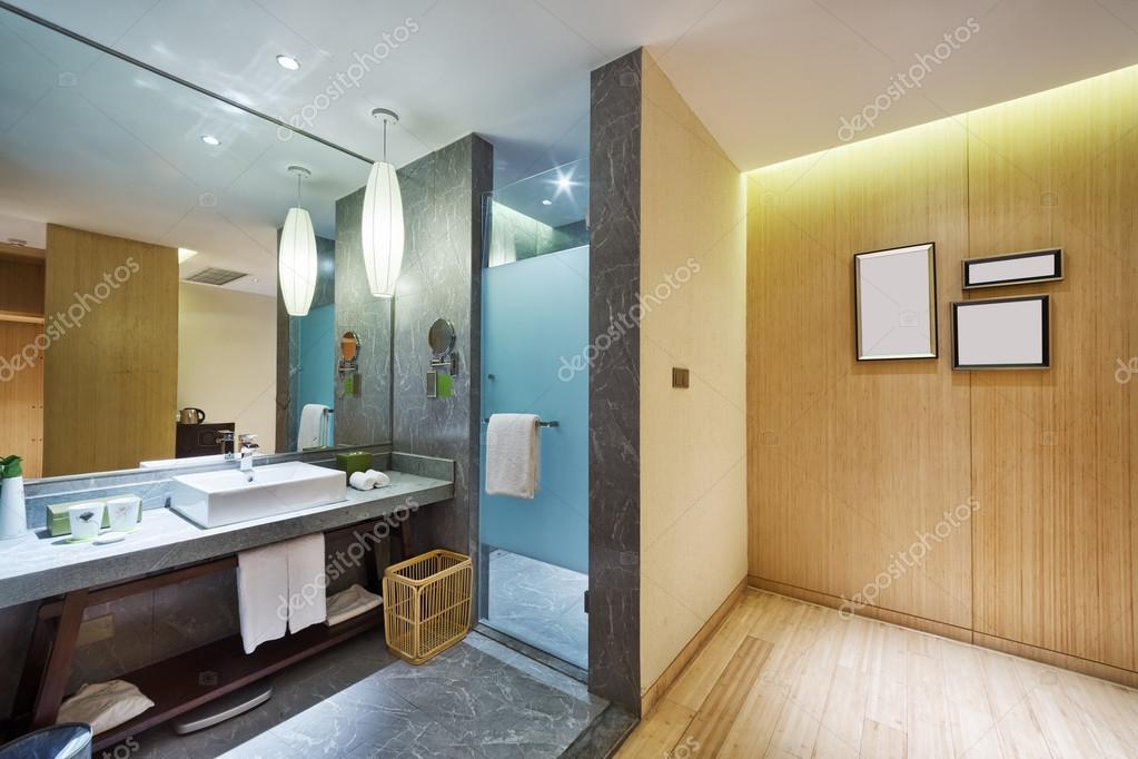 Bagno Moderno Con Vasca Da Bagno : Interno del bagno moderno con grande vasca da bagno u2014 foto stock