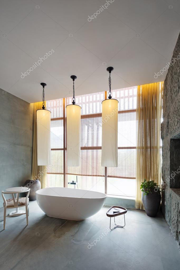 intérieur de la salle de bains avec grande baignoire — Photographie ...