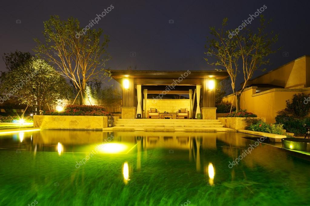 Landschaft Der Hinterhof In Modernen Gebäude In Der Nähe Von Teich In Der  Nacht U2014 Foto Von Zhudifeng