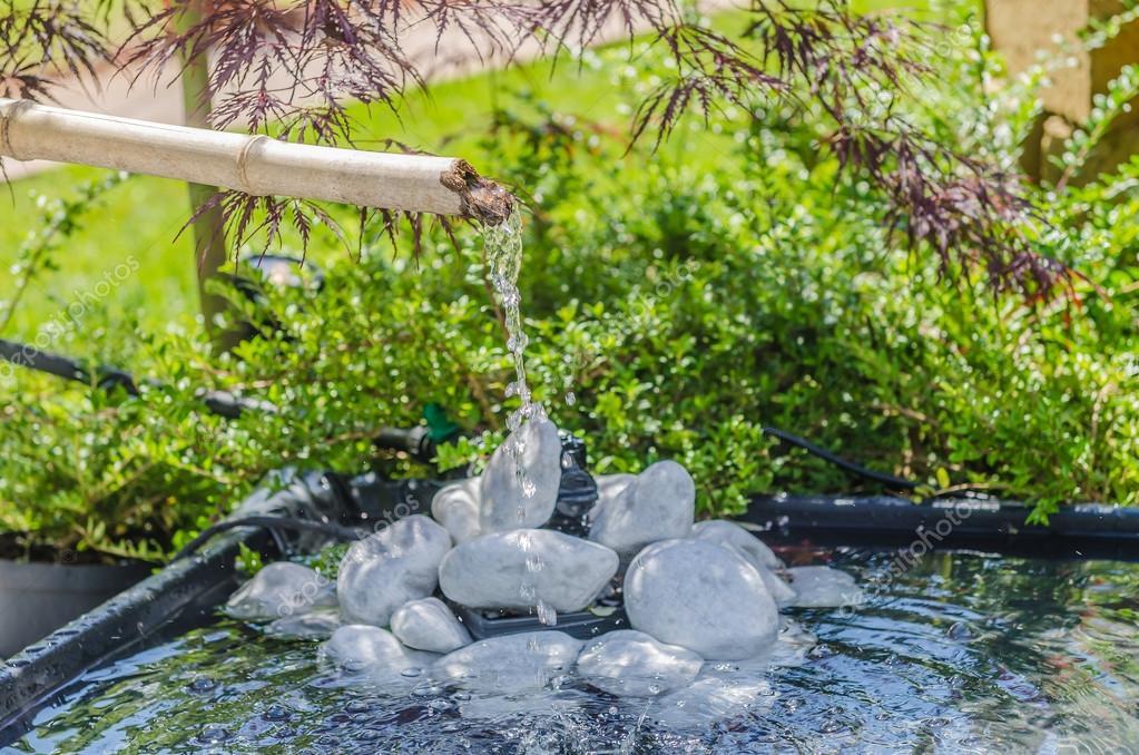 Garten mit Bambus-Brunnen — Stockfoto #114539330