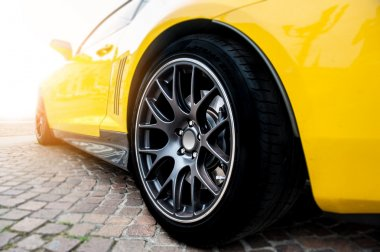 Sarı spor araba arkası