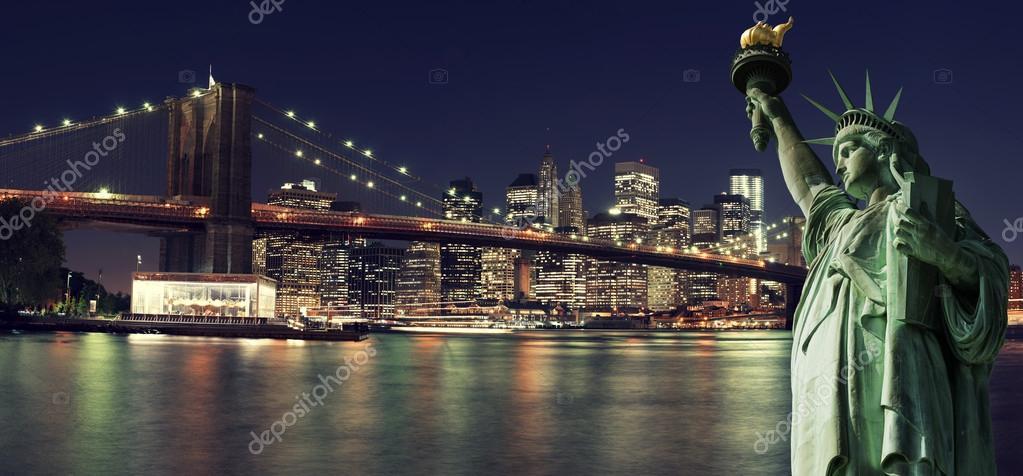 Skyline di new york di notte con statua della libert for Foto new york notte