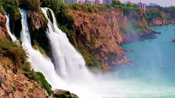 horní Dudenův vodopád v rezidenční čtvrti Lara v Antalyi Turecko