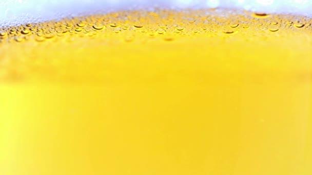légbuborékok egy pohár világos sörben