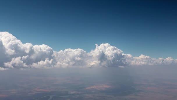 solární mraky na obloze při pohledu z pohybujícího se letadla