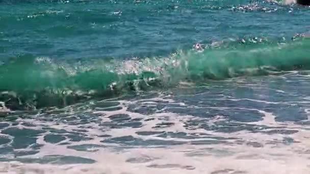 mořské vlny padají na kameny krásné pláže