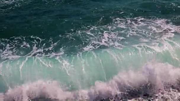 hullámok a homokos tengerparton, mint egy hely a kikapcsolódásra és szórakozásra