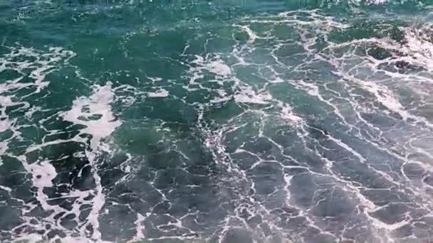 vlny na písečné mořské pláži jako místo pro rekreaci a zábavu