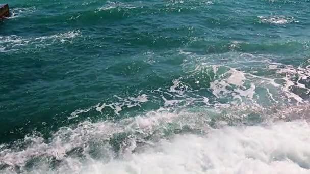 krásné mořské vlny pobřežní skalnaté pláže jako místo odpočinku