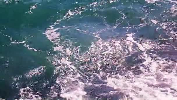 gyönyörű tenger hullámai a tengerparti sziklás strand, mint egy pihenőhely