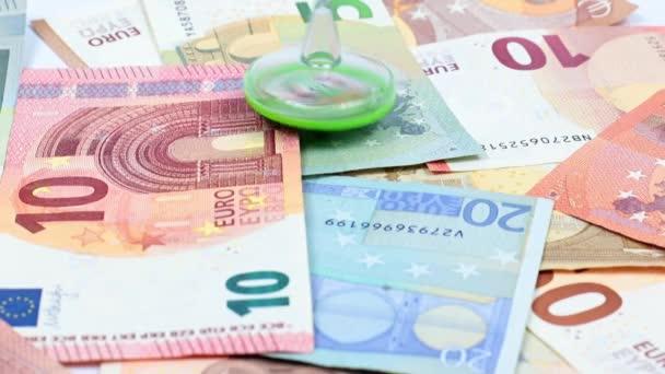 rotace plastového víření na hromadě eurobankovek jako symbolu měnové stability