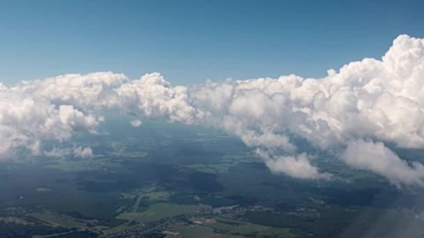 pohled z okna letadla oblohy a mraků