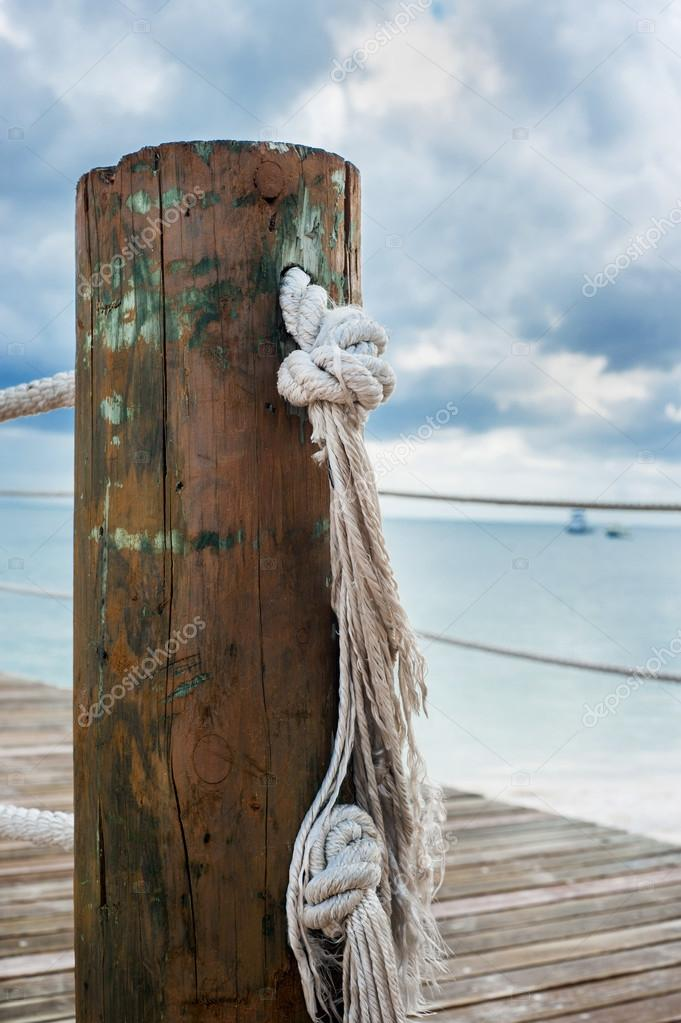 Poste de madera con pasamanos de cuerda en un muelle - Pasamanos de cuerda ...