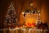 Vánoční pokoj Design interiéru, vánoční strom zdobí světla dárky dárky hračky, svíčky a Garland osvětlení interiéru krbu