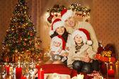 Weihnachten-Familienfoto im Hause Urlaub Wohnzimmer, Kinder und Baby am Nikolausmütze mit präsent Geschenk-Box, Haus dekorieren von Xmas Tree Kerzen Garland