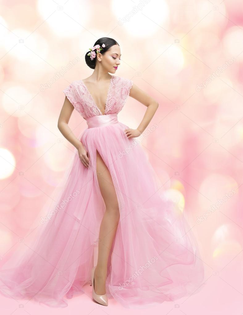 Retrato de belleza de mujer en vestido rosa con flor de Sakura ...