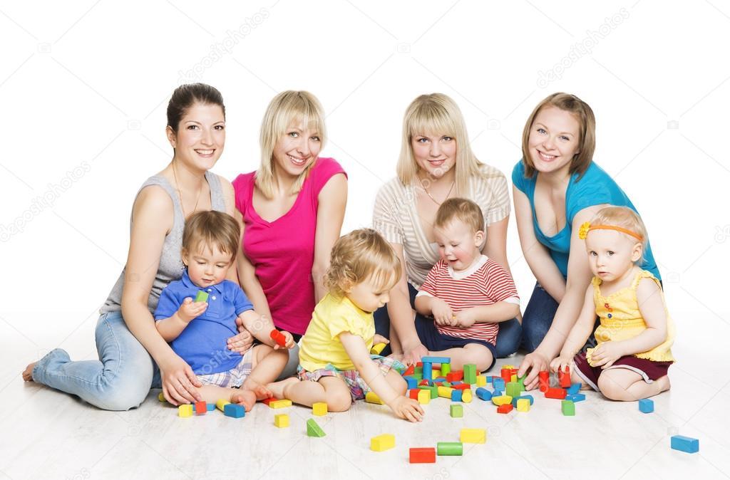 grupo de nios con madres jugando bloques de juguete desarrollo temprano de los nios pequeos