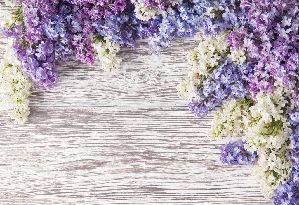 Flores Lilas Con Rosas Sobre Fondo: Ramo De Flores Lilas Sobre Fondo De Tablón De Madera