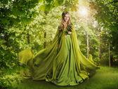 Fantasy lesní víla pohádka, pohádkové přírody, nymfa žena zelené šaty