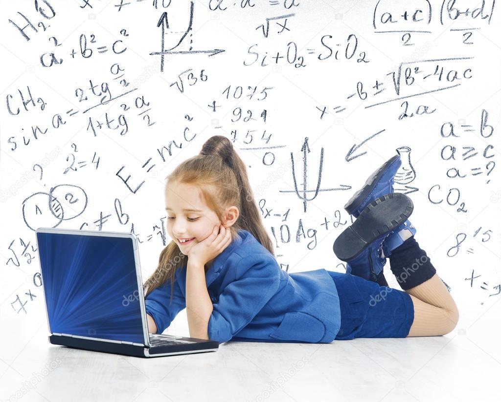 Niño mirando portátil, cabrito con fórmula matemática