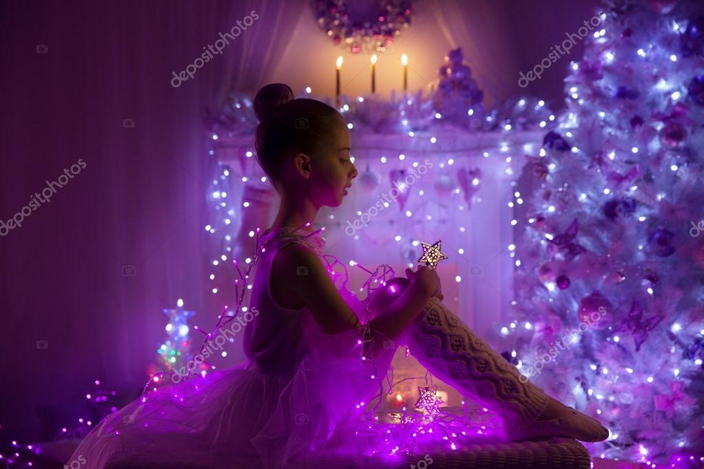 Estrella de hadas del niño niña, niño y luces del árbol de Navidad ...
