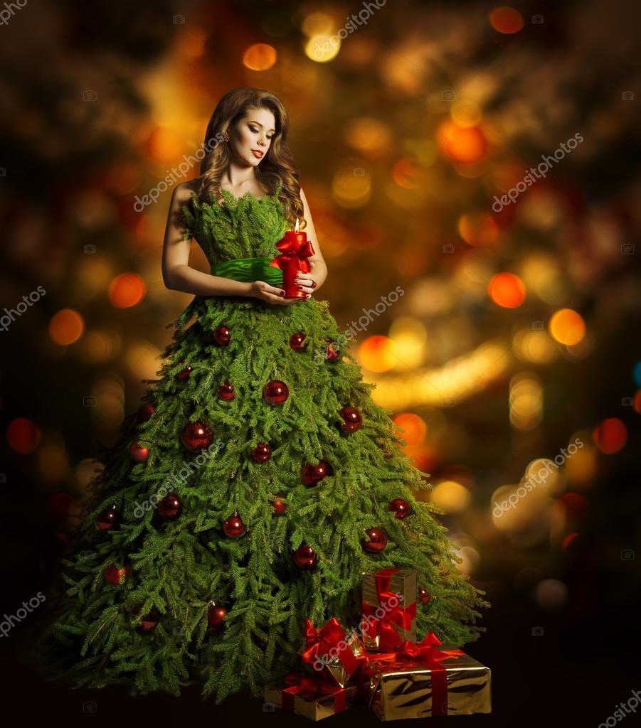 Девушка в платье у елки