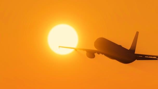 Flugzeug fliegt zur Sonne