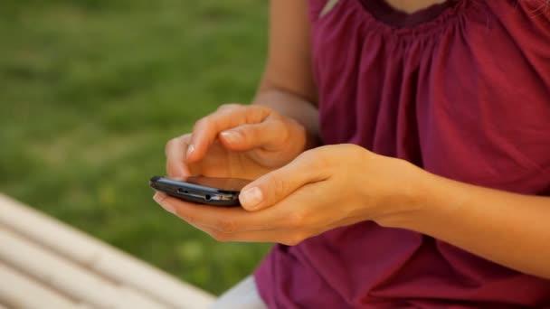 Handy in der Hand einer Frau