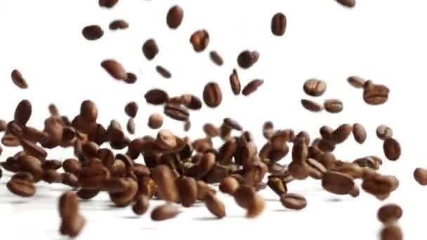 Pražená zrnková káva padá... Zpomalený pohyb